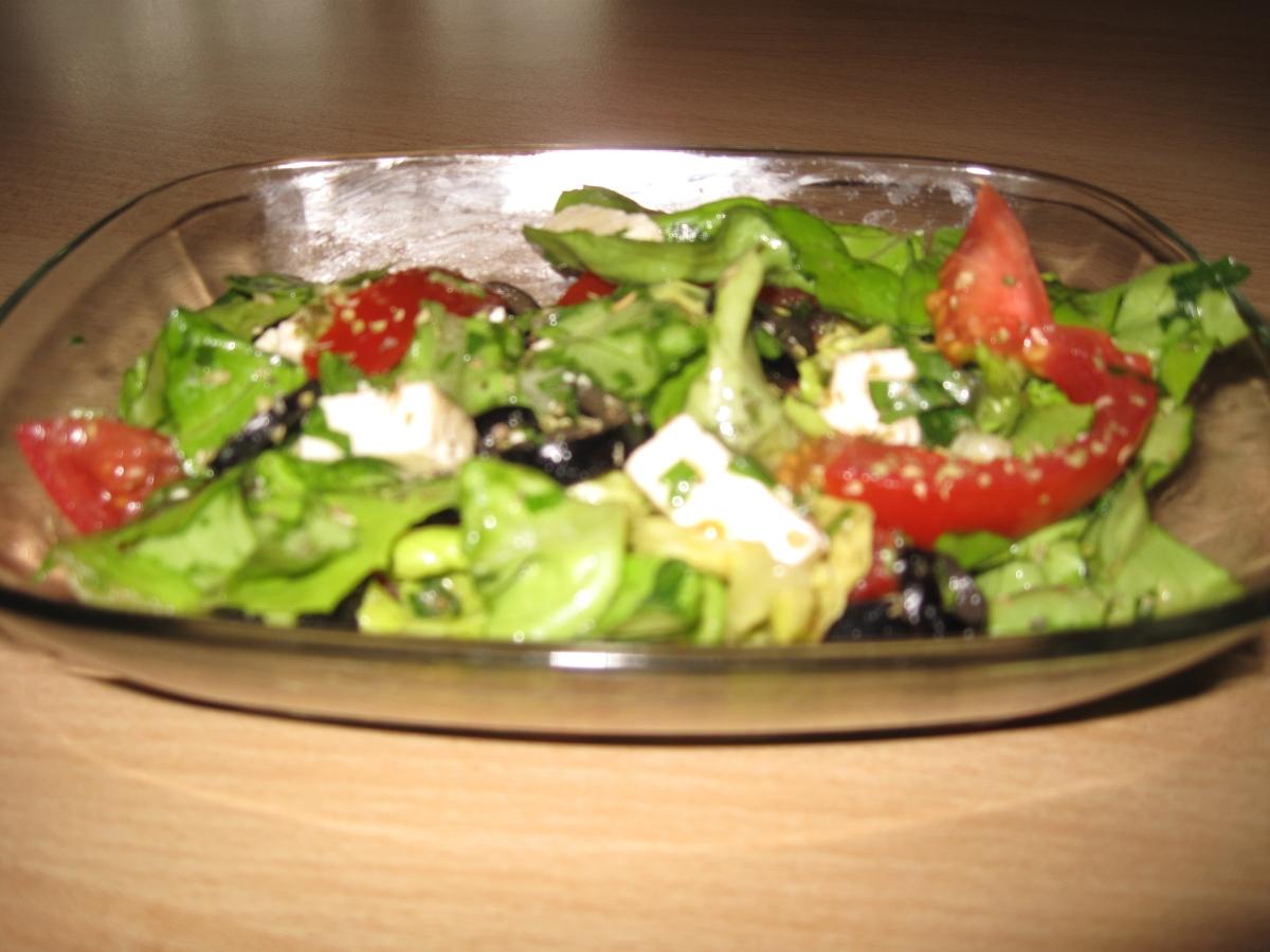Salată verde mediteraneană cu roșii, brânză, măsline și ierburi aromatice